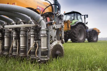 Mesttank met NIR-sensoren en voorziening om exact mineralen bij te geven voor plaatsspecifieke bemesting van grasland.