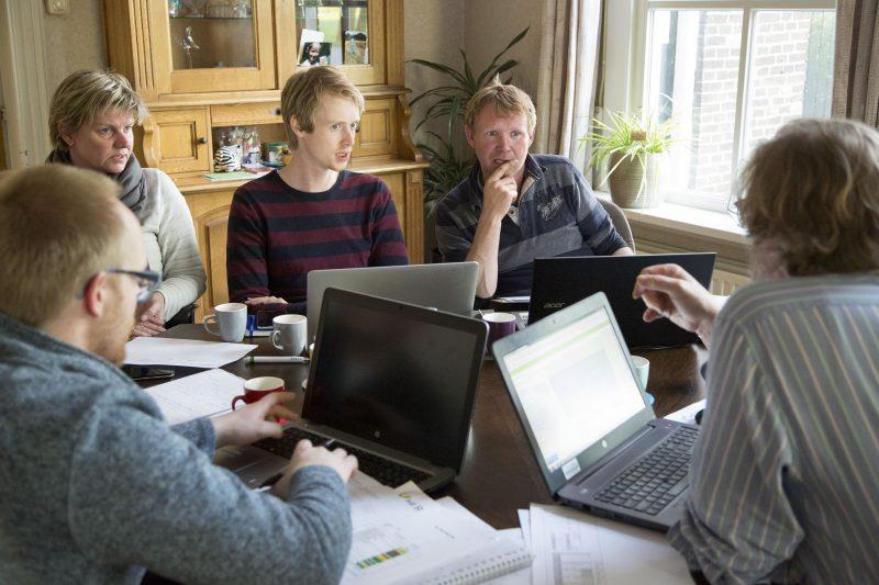 Familie Sterenborg luistert aandachtig naar expert Thomas Been die advies geeft over de aanpak van aardappelcysteaaltjes. Links ook expert Johan Booij.