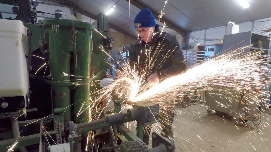 De slijptol wordt in de mechanische aandrijving van de pootelementen gezet. Om de pootafstad te kunnen variëren worden die voortaan met een hydromotor aangedreven.