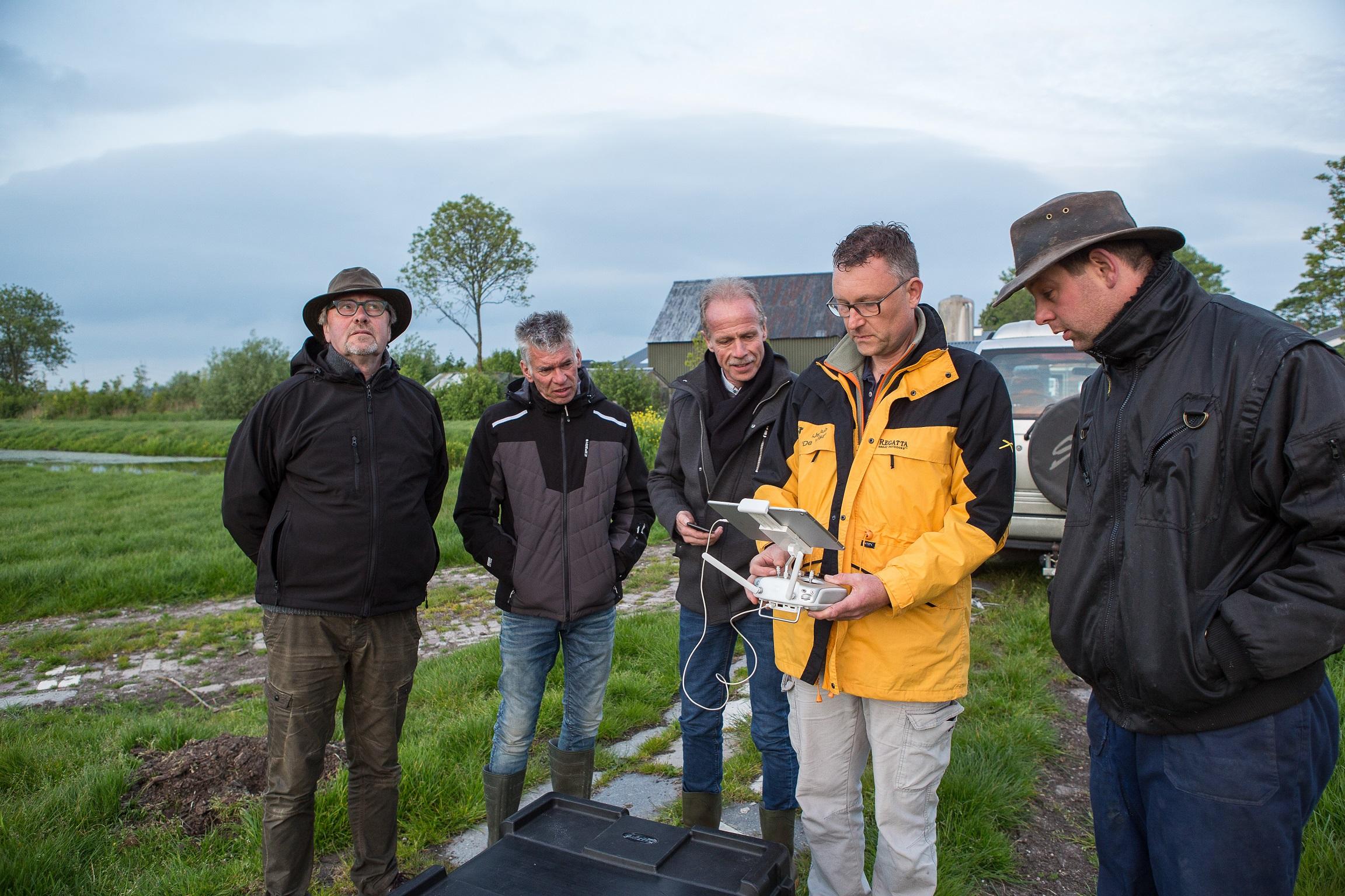 Vorige week hebben mensen van weidevogelwacht Rijpwetering en omstreken en 4d Precisie Natuurbeheer, samen met WUR-begeleider Herman van Schooten en Gerard Mul, de eerste praktijkvlucht gemaakt om vogelnesten te vinden.