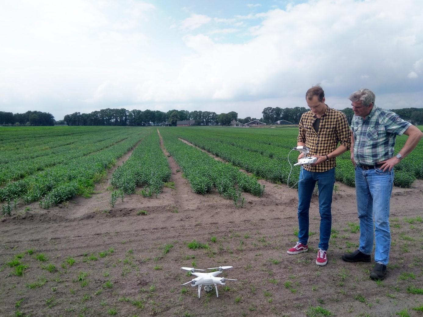 Kaz geeft uitleg aan Sjaak hoe de drone te gebruiken.